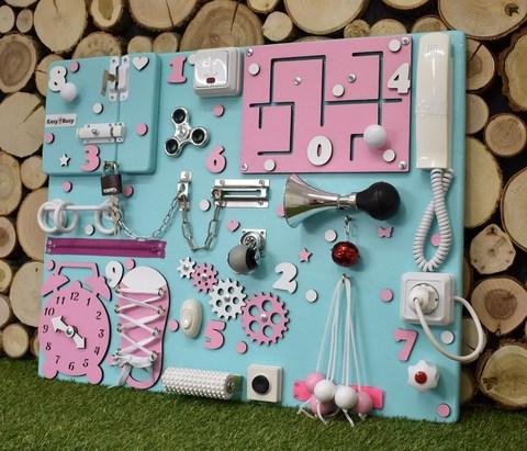 Бизиборд с бирюзовой основой 50х65 см и розовыми деталями