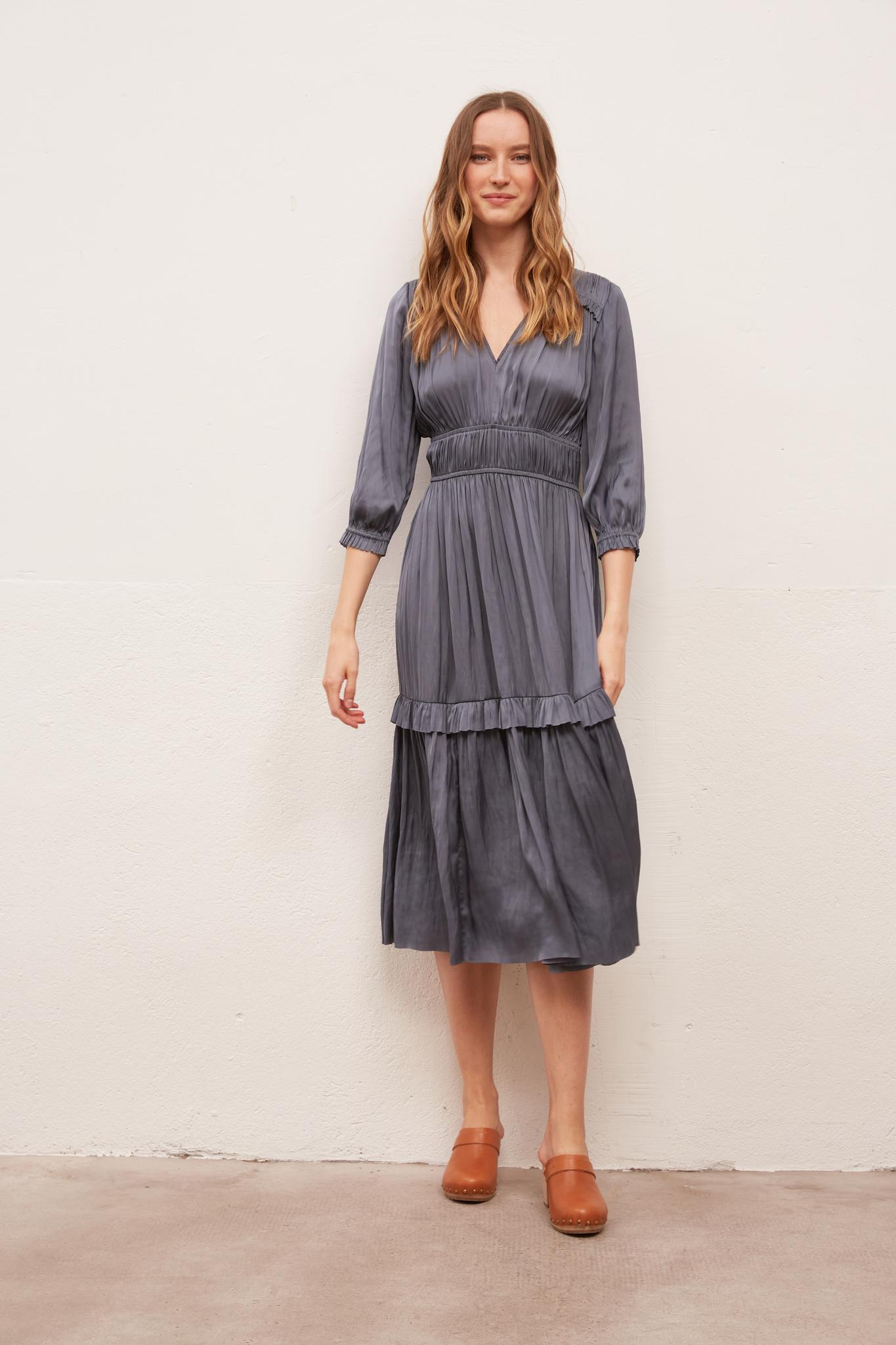 Платье с V-образным вырезом
