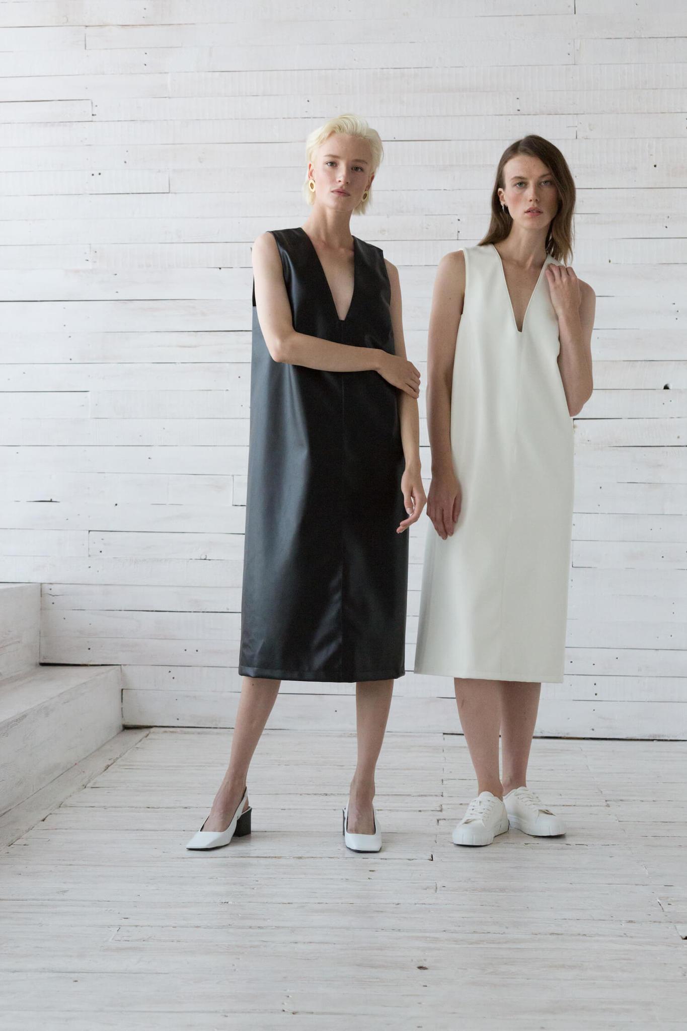 Платье из экокожи без боковых швов с вырезом на груди, черное