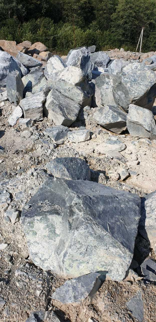 Валун камень серпентинит Голубой