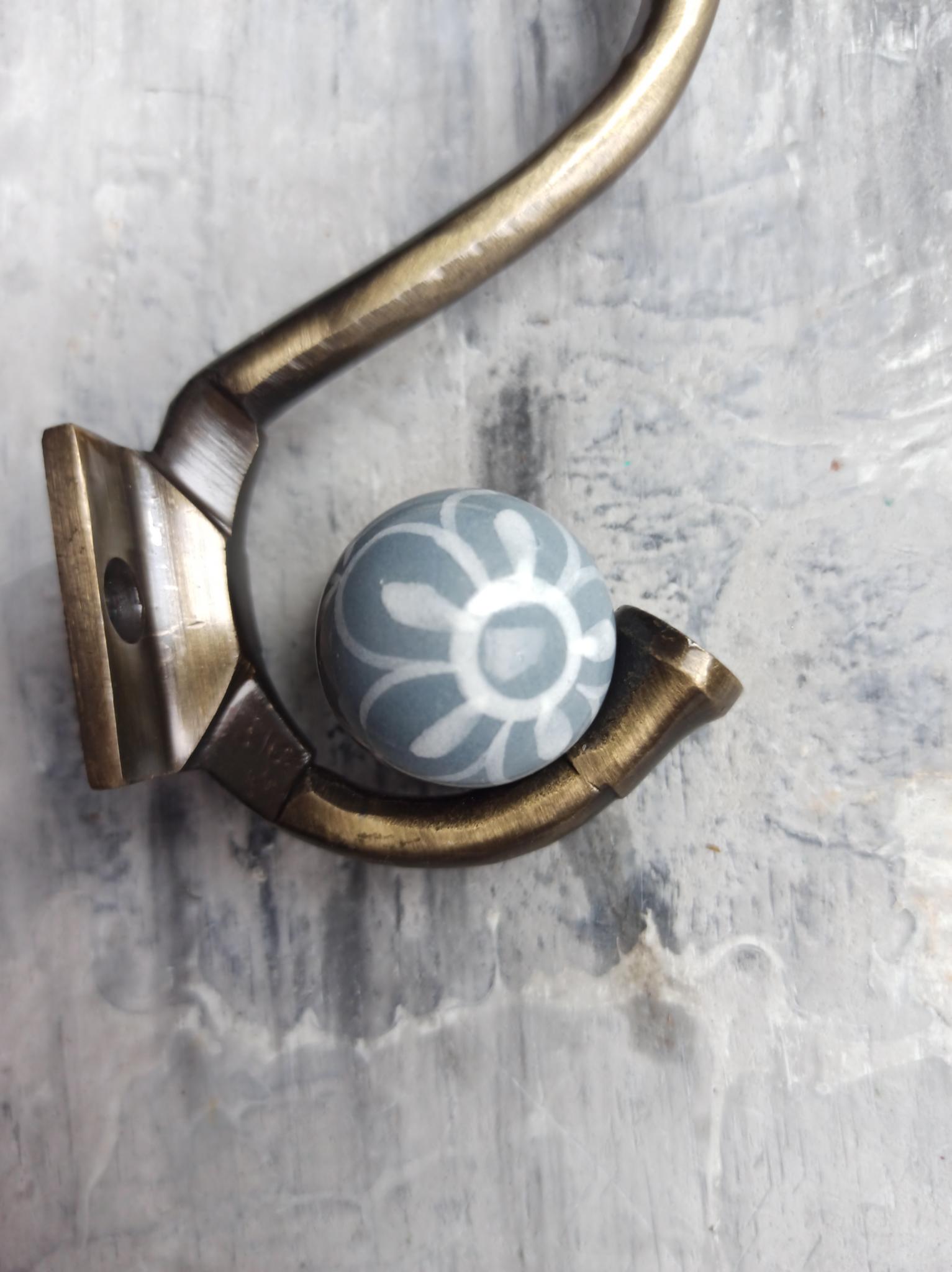 Крючок металлический серый с белым орнаментом