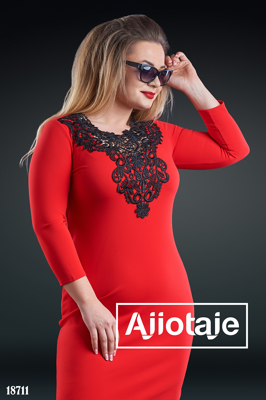 Платье красного цвета с черным кружевом