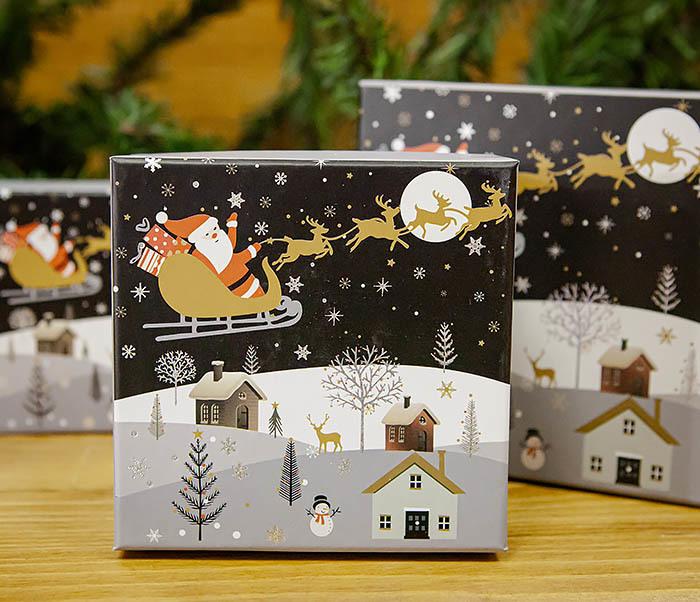 BOX261-2 Красивая коробка «Дед Мороз на оленях» для подарков (11*11*8 см)