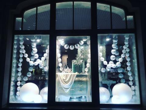 Оформление витрины магазина Бусы