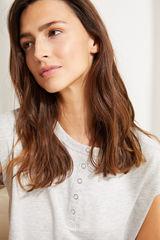 Сіра футболка з бавовни з короткими рукавами і круглою горловиною