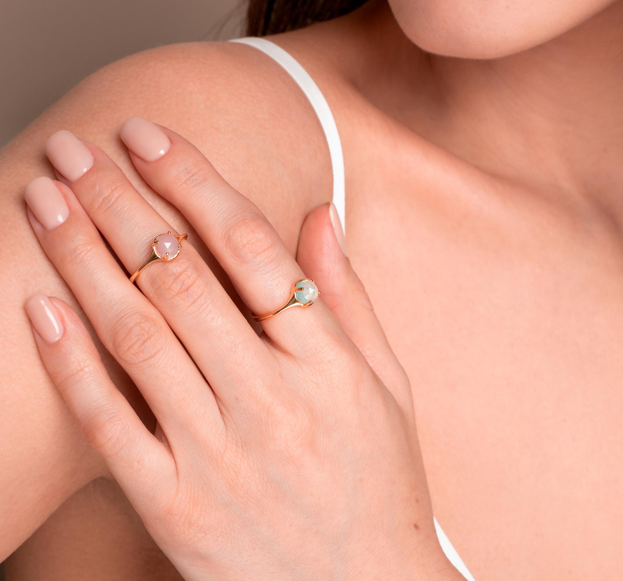 Нежное позолоченное кольцо из серебра с голубым халцедоном