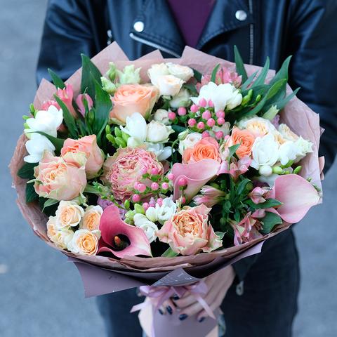 Букет с каллами и пионовидными розами