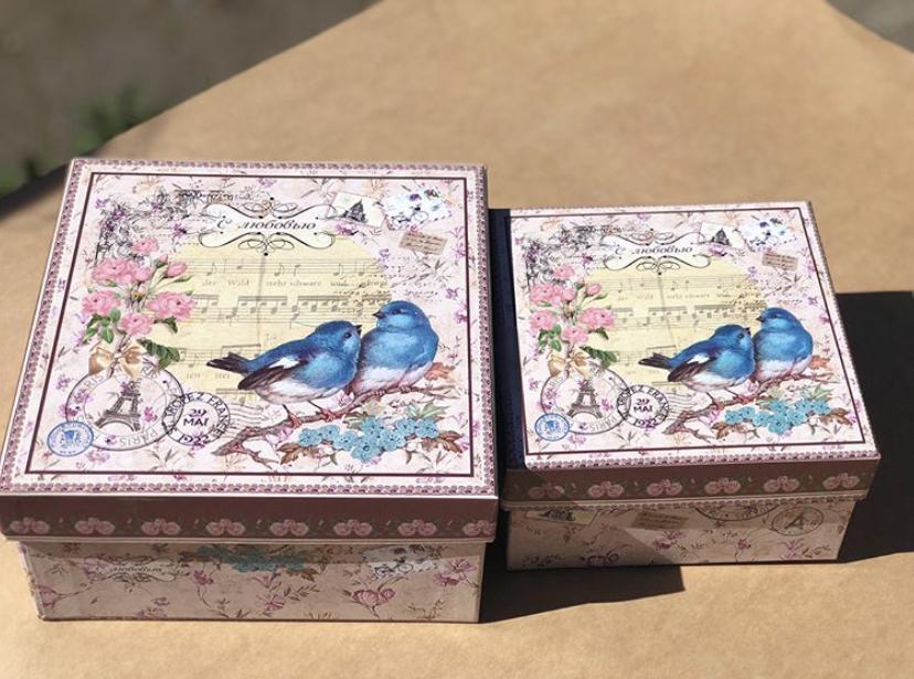 Квадратный набор из двух коробок с птичками .