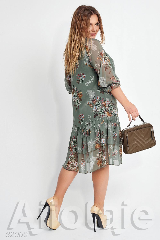 Шифоновое платье миди с небольшим вырезом