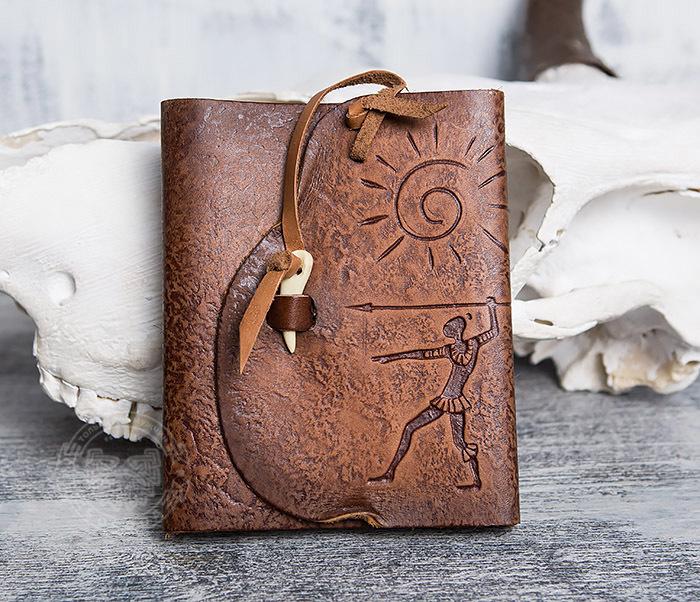 BY01-04-02 Кожаный подарочный блокнот «Охотник» с застежкой - клыком (А6)