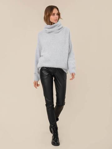 Женский свитер светло-серого цвета из ангоры - фото 5