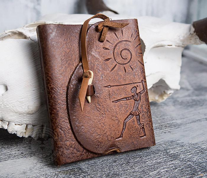 BY01-04-02 Кожаный подарочный блокнот «Охотник» с застежкой - клыком (А6) фото 02