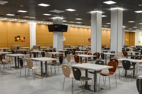 Диваны и столы для фудкорта парка