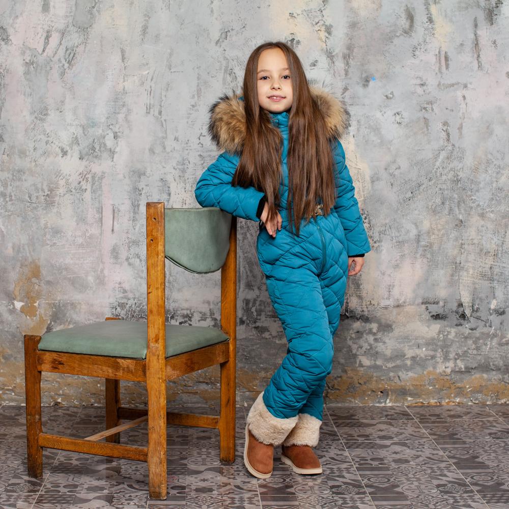 Детский однотонный зимний комбинезон синего цвета и опушкой из натурального меха