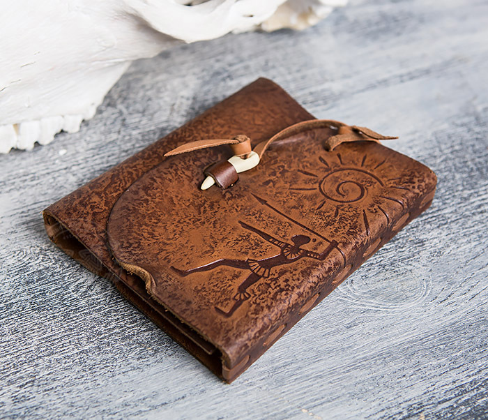 BY01-04-02 Кожаный подарочный блокнот «Охотник» с застежкой - клыком (А6) фото 03