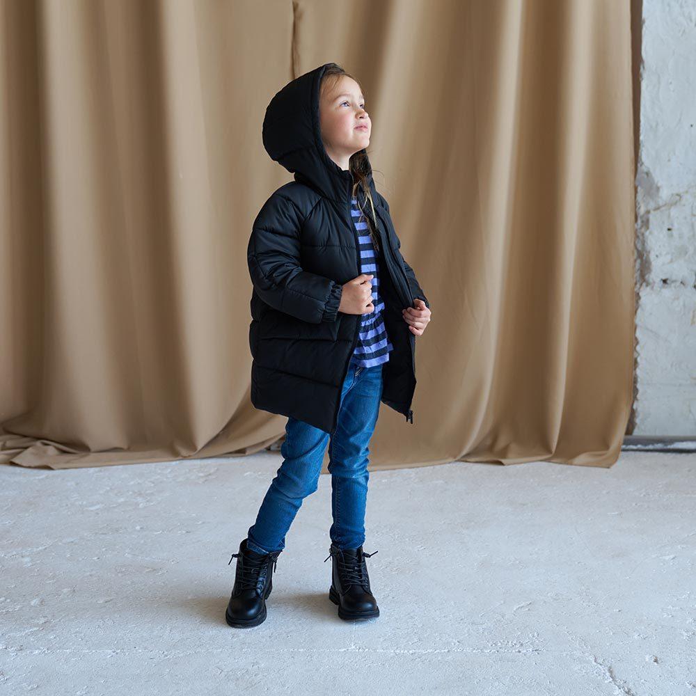 Дитяча подовжена зимова куртка в чорному кольорі для дівчинки