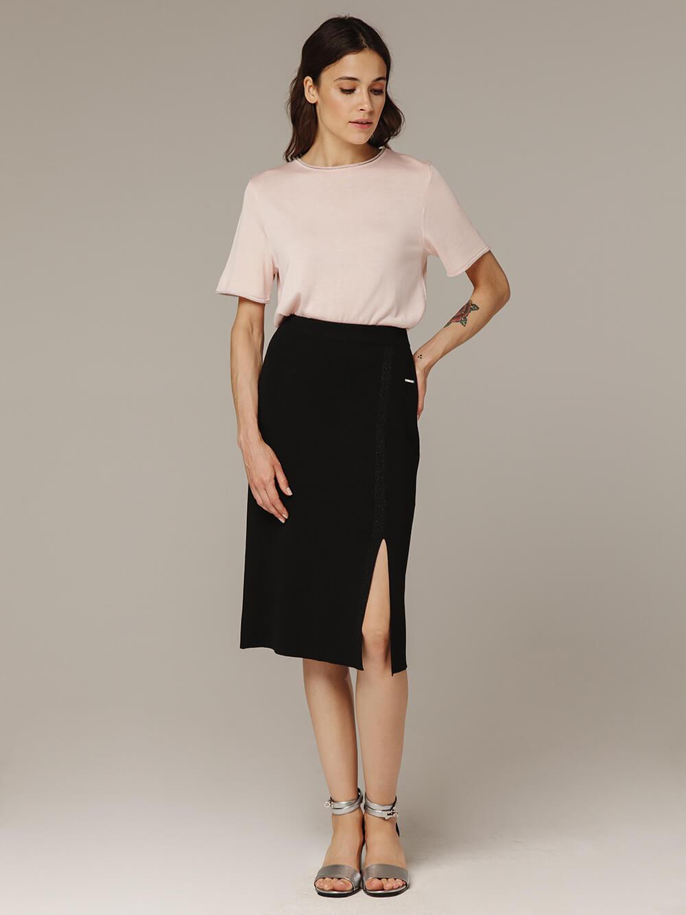 Женская черная юбка из вискозы с разрезом - фото 1