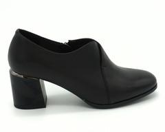 Туфли из натуральной кожи с декором на каблуке