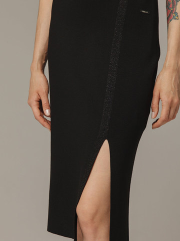 Женская черная юбка из вискозы с разрезом - фото 3