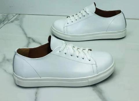 Белые кожаные кеды кроссовки женские. Спортивные туфли кроссовки кожаные. Белые кеды на белой подошве.