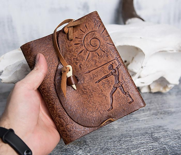 BY01-04-02 Кожаный подарочный блокнот «Охотник» с застежкой - клыком (А6) фото 04