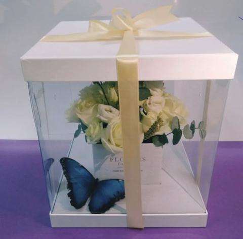 Цветы и живая бабочка в шляпной коробке #1778