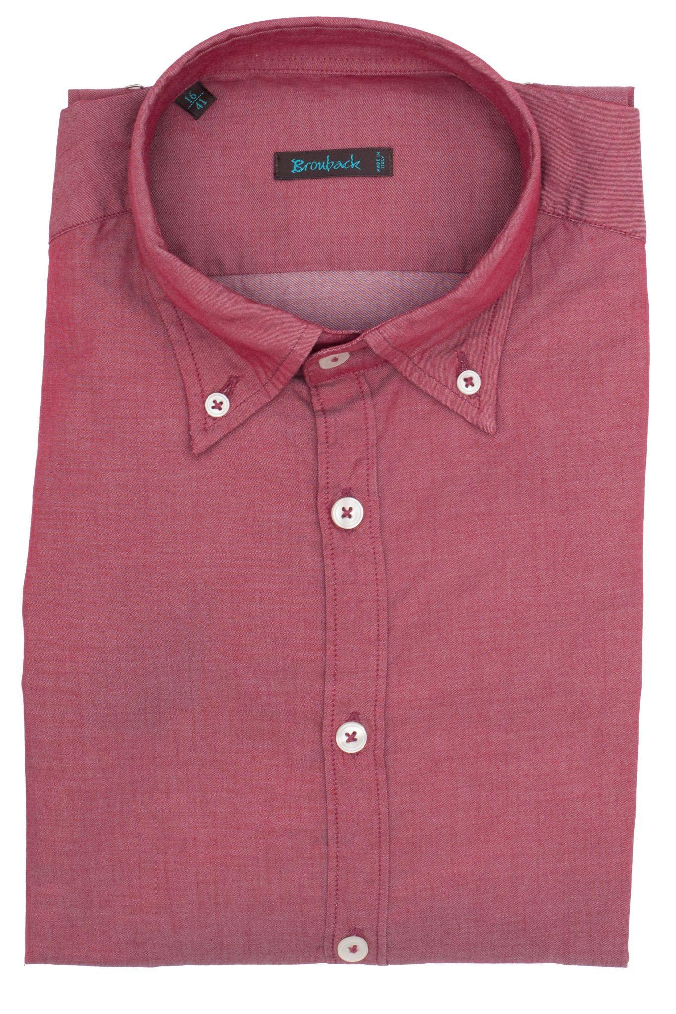 Светло-бордовая (или тёмно-розовая) рубашка с воротником на пуговицах