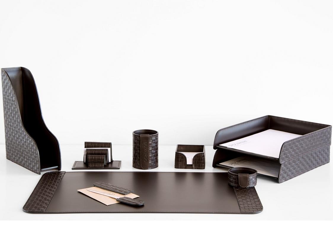 На фото набор на стол руководителя артикул 60215-EX/CT 7 предметов выполнен в цвете темно-коричневый шоколад кожи Cuoietto Treccia и Cuoietto. Возможно изготовление в черном цвете.