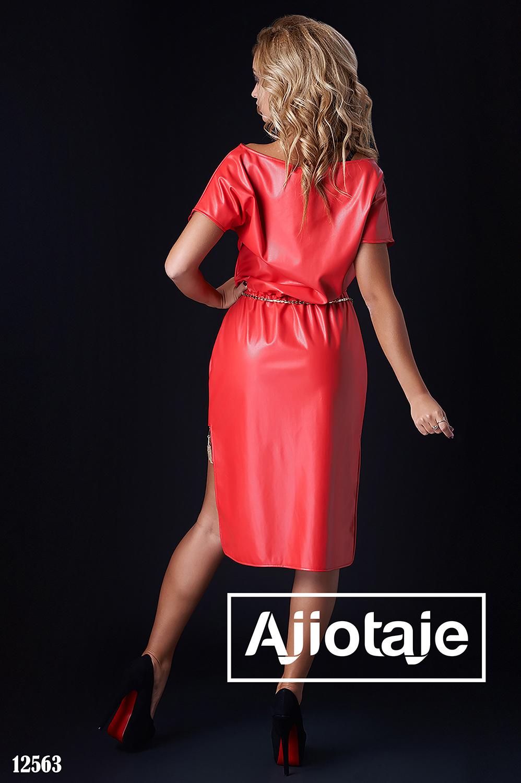 Кожаное платье кораллового цвета с асимметрией