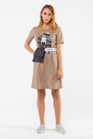 Фото бежевое прямое платье-футболка с дизайнерским принтом - Платье З462а-602 (1)