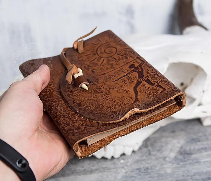 BY01-04-02 Кожаный подарочный блокнот «Охотник» с застежкой - клыком (А6) фото 05