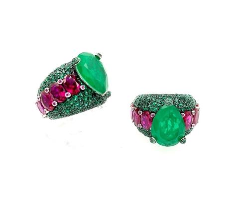 90836- Роскошное кольцо из серебра с россыпью изумрудных и рубиновых кварцев