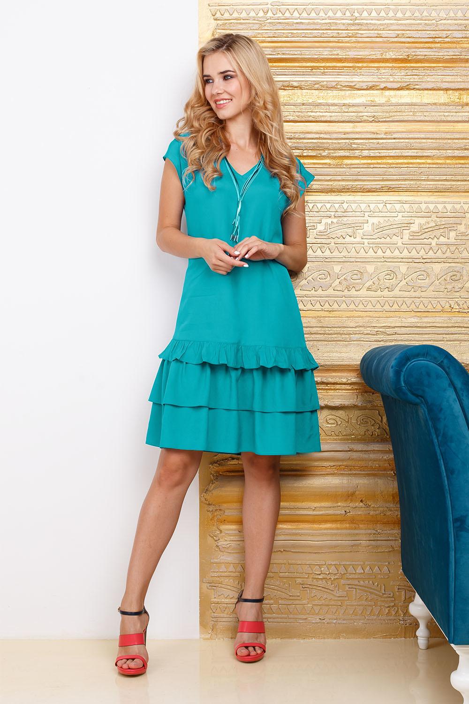Платье З274-305 - Летнее платье цвета морской волны - прекрасная находка, такое удобное и стильное. Не глубокий V-образный вырез открывает шею и позволяет дополнить образ модным украшением. Модель имеет форму трапеции, поэтому в нем вы будете чувствовать свободу и легкость движений. К низу платья расположены игривые оборки, которые являются трендом сезона.