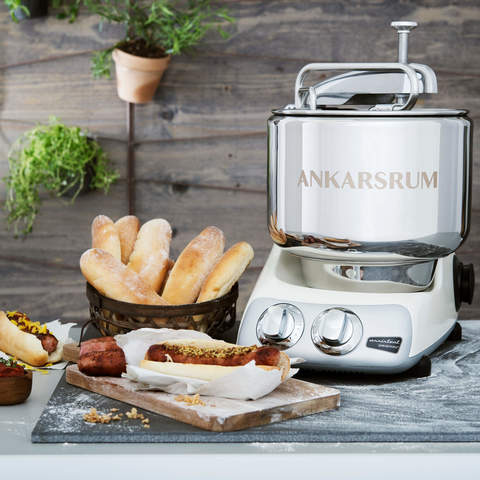 Кухонный комбайн-тестомес Ankarsrum Assistant Light Creme в интерьере кухни