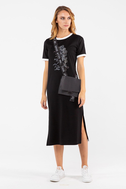 Платье З462б-690 - Летнее платье-футболка классического черного цвета. Популярная модель – такой наряд стройнит и выглядит очень стильно.Платье полуприлегающего силуэта, отлично сидит по фигуре. Длина миди смотрится элегантно и строго, поэтому платье уместно надеть как на работу, так и на любое светское  или повседневное мероприятие. Подходит модницам любого возраста.Боковой разрез  с левой стороны соблазнительно приоткрывает взору красоту женских ног.Контрастная белая окантовка выреза горловины и низа коротких рукавов выразительно украшает модель. Утонченность образу придает дизайнерский принт в белом исполнении.Модель платья  прекрасно подходит для создания образов в стиле casual. Стройные, уверенные в себе девушки могут носить платье-футболку как самостоятельный наряд. В сочетании с сандалиями на плоском ходу, слипонами или кедами можно получить отличный лук для прогулки или встречи с друзьями, а с изящными босоножками – интересный образ для свидания или вечеринки.