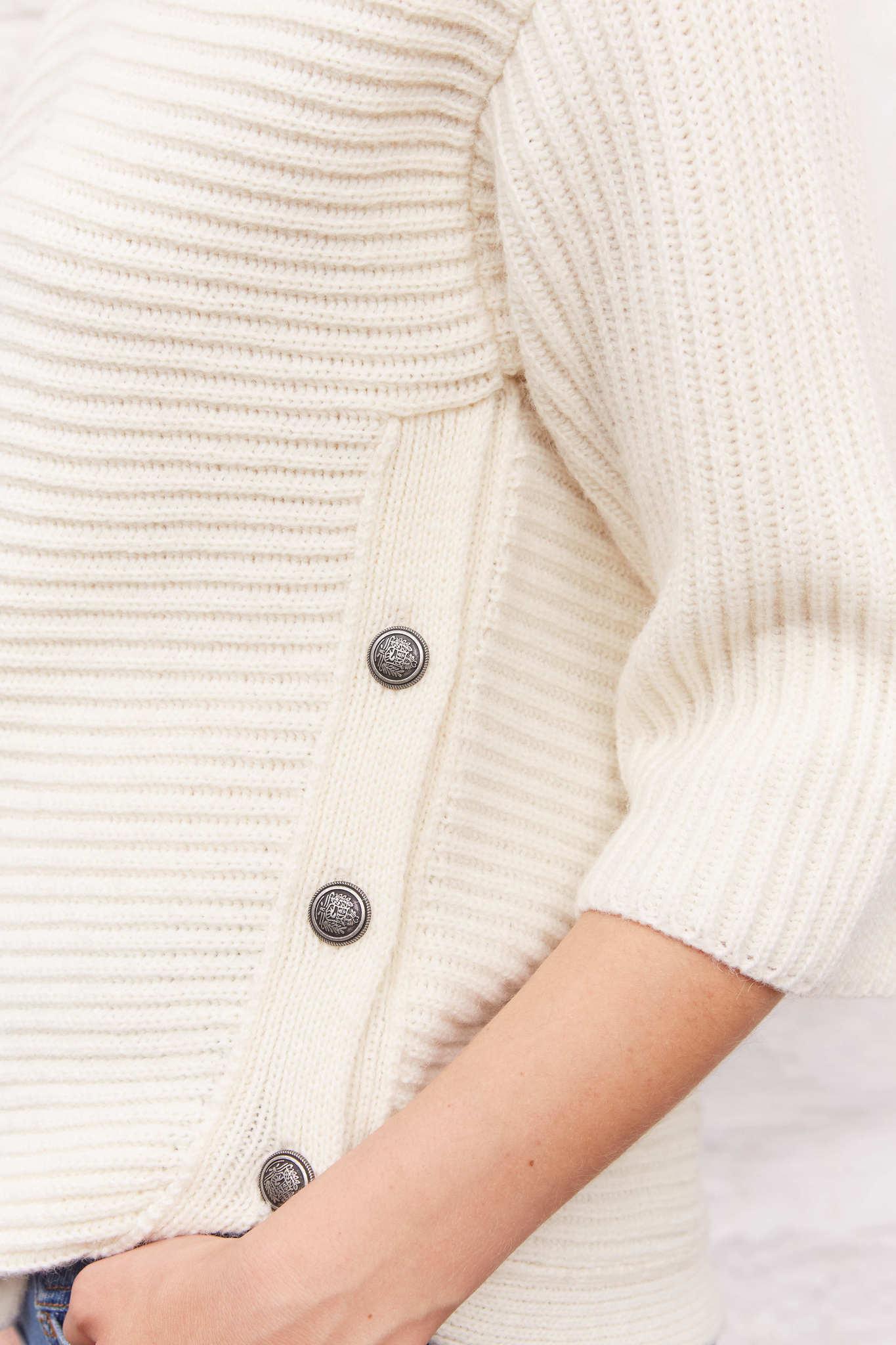 Легкий свитер с пуговицами по бокам