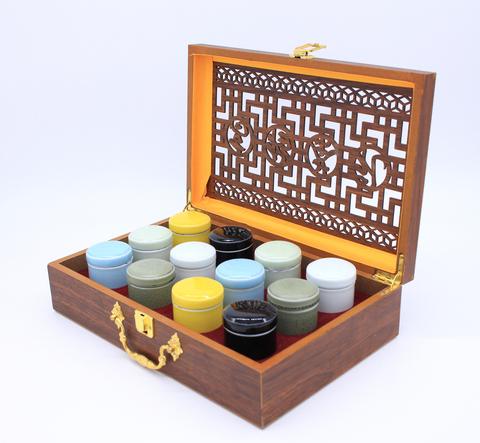 Коробка  резная с фарфоровыми  чайницами