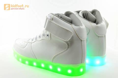 Светящиеся высокие кроссовки с USB зарядкой Fashion (Фэшн) на шнурках и липучках, цвет белый, светится вся подошва. Изображение 11 из 27.