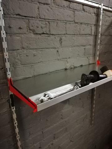 Металлическая полка с лотком для инструментов (система IF). Глубина 315 мм.