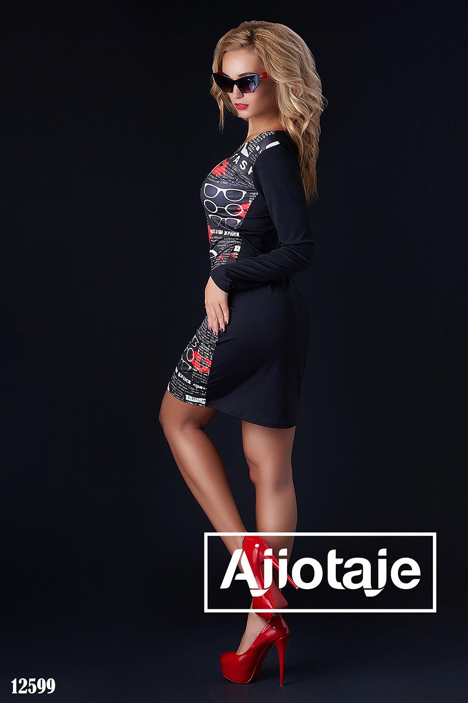 Черное платье облегающего силуэта
