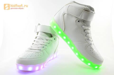 Светящиеся высокие кроссовки с USB зарядкой Fashion (Фэшн) на шнурках и липучках, цвет белый, светится вся подошва. Изображение 15 из 27.