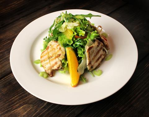 Лёгкий салат с индейкой на гриле