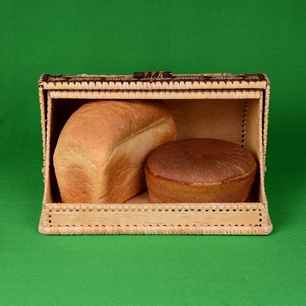 Вид спереди, с открытой крышкой и двумя булками хлеба