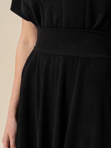 Женская юбка-миди черного цвета с поясом на резинке - фото 5