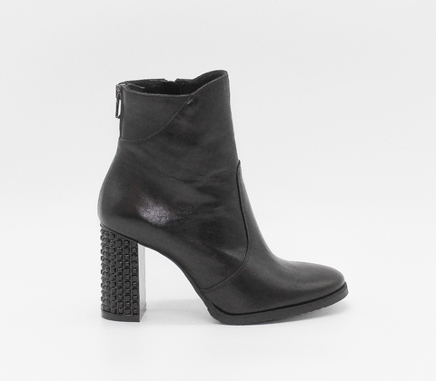 Черные кожаные полусапожки на декорированном каблуке