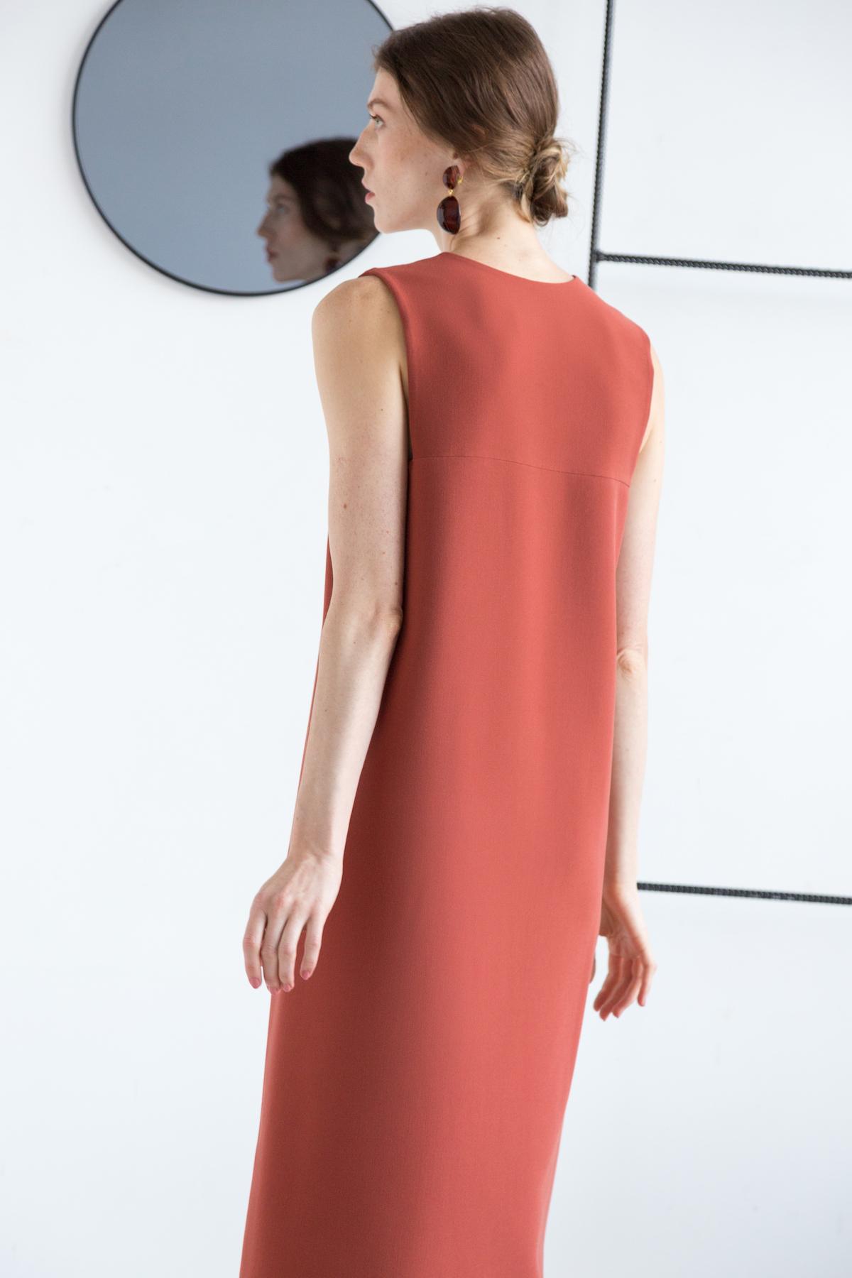 Платье без боковых швов с вырезом на груди