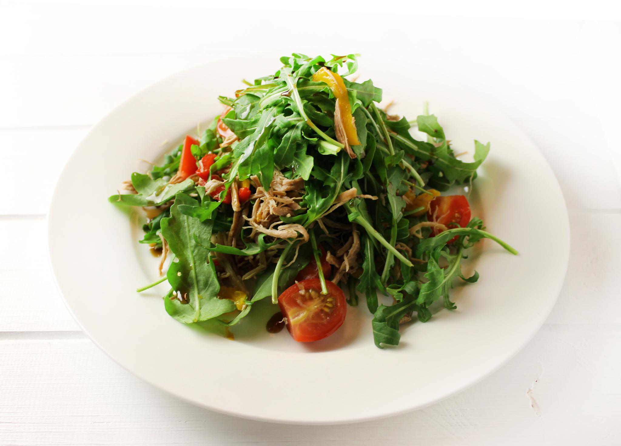 Салат с утиной грудкой, рукколой и печёным перцем
