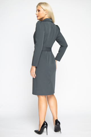 <p>Хит сезона! Элегантное платье модного силуэта с отложным воротом. По переду имитация двубортного фасона.&nbsp;</p>