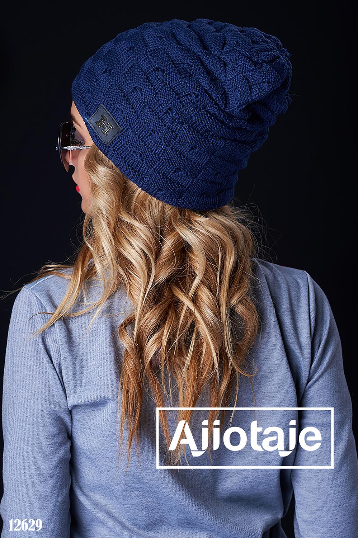 Темно-синяя вязанная шапка с эмблемой
