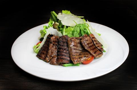 Салат с нежной кониной, свежей зеленью и сыром Пармезан